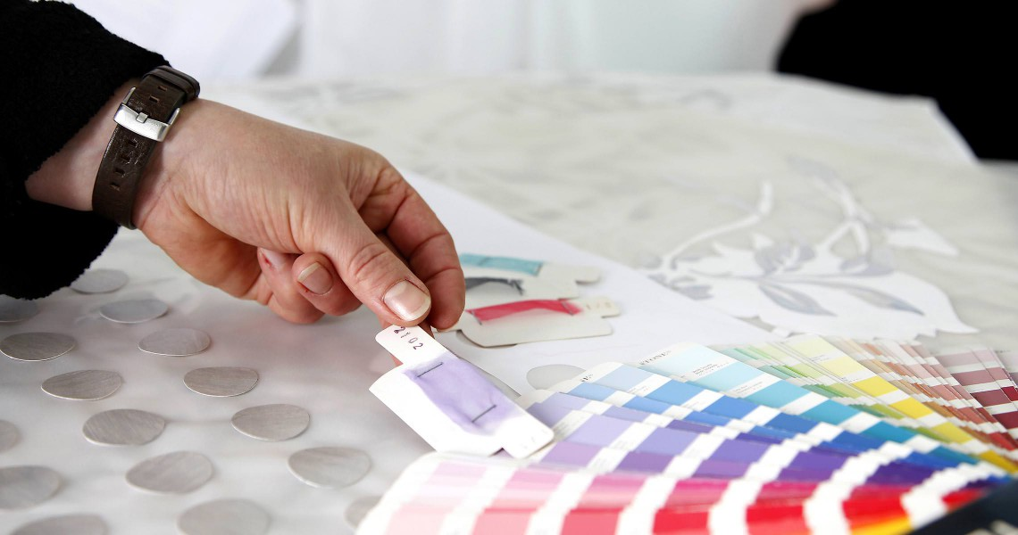 Pantone Farbkarte auf Gardine